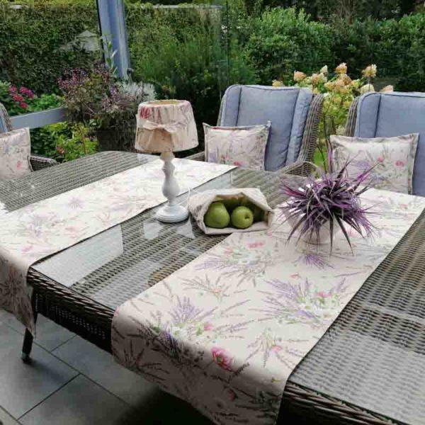 Tischdeko Gartenmöbel neu gestalten mit Lavendel