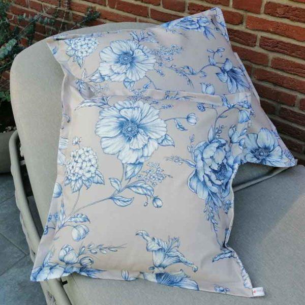 Kissen mit blauen Blumen aus beschichteter Baumwolle