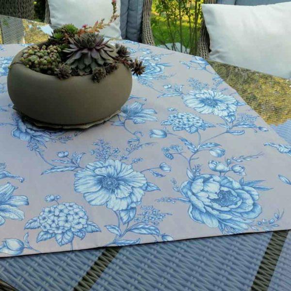 Mitteldecke mit blauen Blumen aus beschichteter Baumwolle