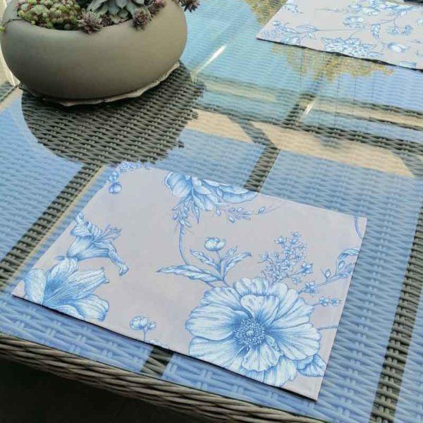 Platzsets mit blauen Blumen