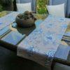 Tischläufer mit blauen Blumen aus beschichteter Baumwolle